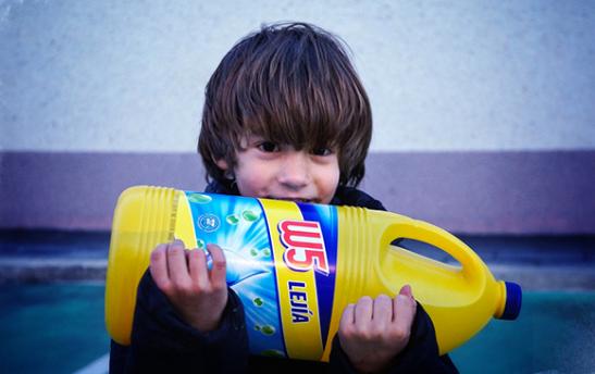 niño con botella de lejía